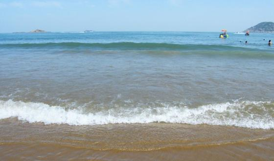 景点 南沙海滨浴场位于十里金沙景区的中心,著名的舟山国际沙雕艺术