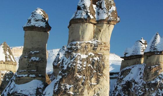"""尖塔顶端被大自然赋予了一块更加松软的玄武岩""""帽子""""."""