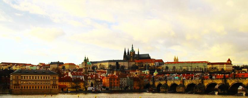大桥两端是布拉格城堡